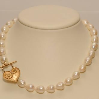 """Ein """"Traum"""" ist diese wunderschöne Süßwasser-Zuchtperlenkette mit einem Silber vergoldetem Herz-Verschluss, welcher an der Seite getragen wird. Die Perlen habe ich einzeln abgeknotet. Länge 48 cm.   259,00Euro"""