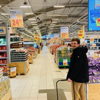 Konrad beim wöchentlichen Einkauf für die Caritas (Foto: Sonja Ehrenfried)