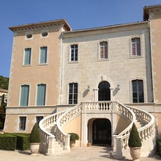 Pose d'un escalier en fer à cheval de récupération au château de Rocquecourbe, à Marguerittes (30)