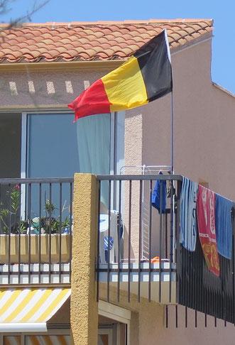 08. Juli 206 - Strandtücher am Meer in Südfrankreich. Ob die Fahne auch heute aufgezogen wird?