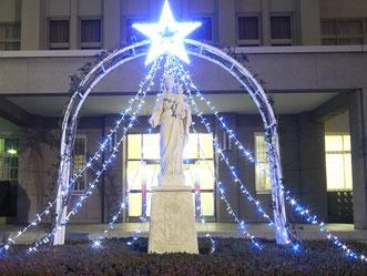 城星学園の正面玄関、マリア様がライトアップされ光輝く