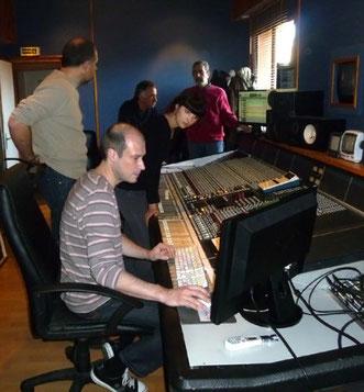 Cyril Chateau aux commandes dans son studio Produc'son. Un as de la console ! nous devons beaucoup à son savoir-faire et à son expérience musicale
