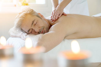 glücklicher Mann, Wellness Massage, Rückenmassage, Kosmetik, Spa, Entspannung