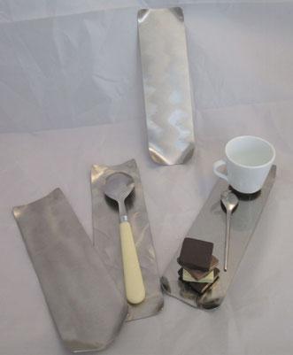 petit plateau rectangulaire avec dessins en inox alimentaire repose-cuillère, café gourmand, pain...