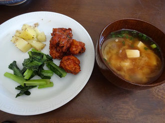 鶏肉団子のケチャップ煮とじゃが芋のごま煮
