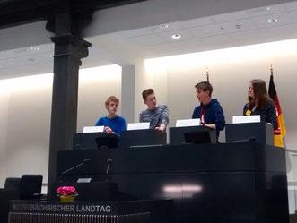 Debatte der Finalrunde (Gewinner Marek, zweiter v. r.)