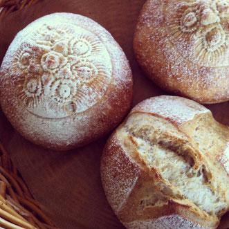 先日起こしたいちじく酵母でパンを焼いてみました^^この間いただいたウズベキスタンの模様型で、真ん中に模様をつけてみたら、かわいい感じに。いちじくの甘酸っぱい香りがほのかにする美味しいパンになりました♬