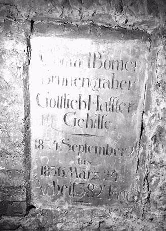die Gedenkplatte an die beiden Brunnengraber, ganz hinten im 150m tiefen Stollen