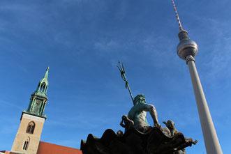 Fernsehturm, Turm der Marienkirche und Neptunbrunnen am Alexanderpltz. Foto: Helga Karl