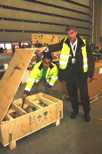 Old style but efficient – physical examination of shipments at Hamburg-based JS-Industrieverpackungen  /  source: hs