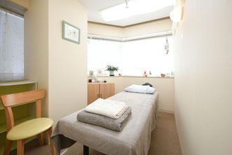 プライバシーが守られる施術室での鍼灸治療