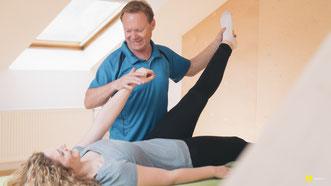 Rainer Höhnle Stern als NMS Mastertrainer für Neuro Muscular Screening bei der Anwendung in seinem Studio.