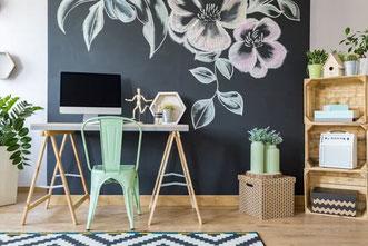 Entrée in weiss mit Holzstuhl und Spiegel