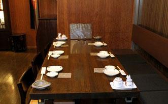 カウンター後ろにある大きめのテーブル画像