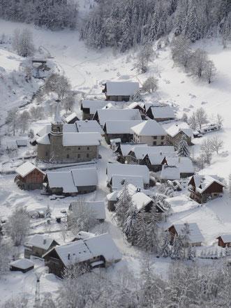 Dans le hameau d'Entraigues (Chalet en haut de l'image)