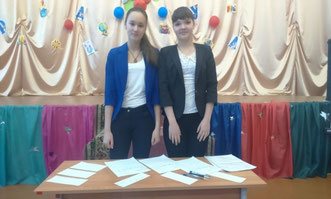 Волонтеры нашей школы Анна Казакина и Алина Ежак проводят игру - викторину «Права и обязанности в сказках»