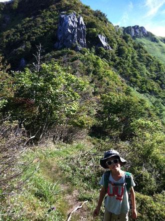 今から最終アタック。 奥に見えるが三嶺大岩の鎖場! *小さく見えますが20mは超えてると思います。