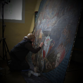 """Silvia Behle während der Restaurierungsmaßnahmen am Gemälde """"Jüngstes Gericht"""" in der ev. Kirche Volkmarsen-Herbsen"""
