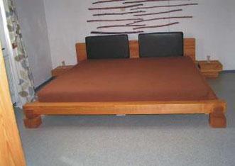 Bett in Kirschbaum, © Ladenbau Berschneider, Deining