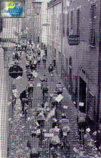 Foto courtesy: archivio TLS, 2°Trofeo Laigueglia, il gruppo sfila attraverso il centro storico pavesato a festa.
