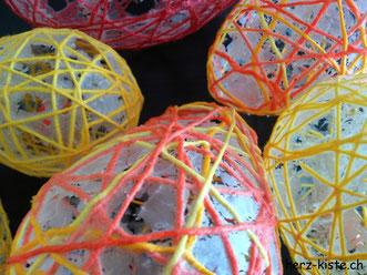 Ostereier selbstgemacht aus Garn und Kleister - Kleiserreste nach dem Trocknen