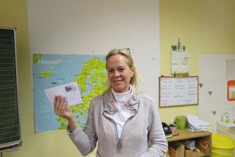 Brigitte Brunner mit einer CVJM-Briefmarke mit dem Motiv der Volleyball-Pausenliga