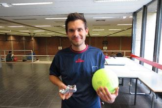 Dankeschön an Nils Ruppel: Für die vorbildliche Unterstützung im Sozialfußball erhält er einen Dankeschön-Pokal