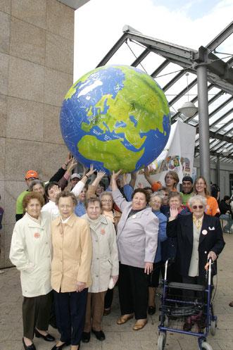 Westhagenerinnen und Westhagener halten die Welt in ihren Händen!