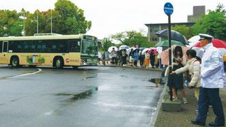キャンパス内から発車するバス