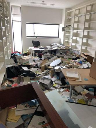 A棟8階にある若林研究室。棚から本などが落ち、物が散乱してしまっている=19日午後撮影(総合心理学部提供)