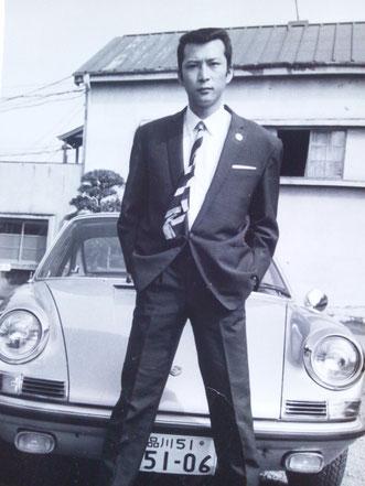 写真は東映大部屋を背に、鶴田浩二の愛車・ポルシェの前に立つ竹垣悟