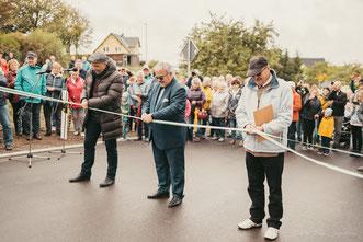 Oberbürgermeister Arne Sigmund, Landrat Frank Vogel und Ortsvorsteher Jörg Reichel beim Durchschneiden des Bandes (Foto: Robin Reichel)
