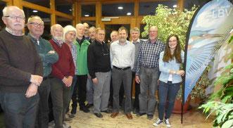 Die für langjährige Mitgliedschaft ausgezeichneten LBV-Mitglieder und der Träger des LBV-Ehrenamtspreises Hubert Ilg (im Vordergrund) © R.Schreiber