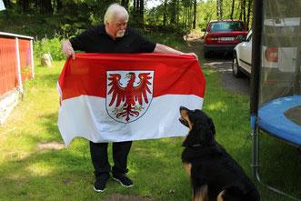 Diese Brandenburg-Fahne wird schon bald am mobilen Fahnenmast flattern