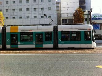 先週末広島市で見かけた路面電車の新型車両かっこいいです。