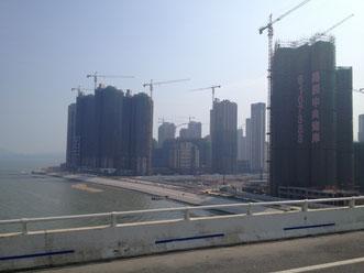 Am Rande Xiamens wird eine riesige Trabantenstadt gebaut. Wie in fast überall in China. Hier gibt es große und teure Apartments, aber sicher keines mit 250 qm.