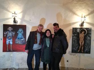 """Foto der Kuenstler und des Kurators zur der Ausstellung """"""""Camino del Mictlan"""" im Schloss Muehlberg"""