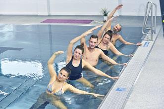 Beim Aqua-Yoga handelt es sich um ein ganzheitliches Konzept von Körperübungen, Atem- und Entspannungstechniken und Konzentrationsübungen – alles im Wasser.