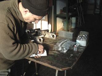 come vengono costruiti i motoriduttori per saliscale TCS/Elviotrolley . foto sul tavolino di montaggio .