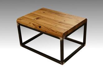 Couchtisch-Altholz-Stahl-im-industriedesign