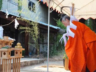 神に祈りを捧げる井上宮司(平成24年10月7日大濱御旅所祭典)