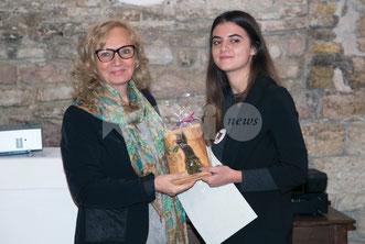 Lidia Mancini riceve il premio ( foto www.assisinews.it) clicca per accedere al servizio completo