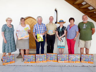 Neumarkter Gästeführer freuen sich auf die Rizzi-Ausstellung und haben alle Hände voll zu tun. Foto: Henrik Ruf