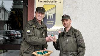 Vzlt Mak Erich vom PiB1 bei der Ostereier-Verteilung