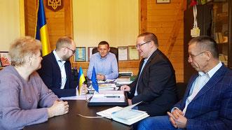 Vetragsunterzeichnung mit Bürgermeister der Gemeinde Biloberizka