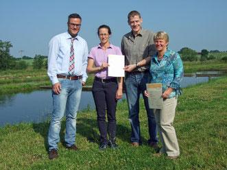 Bürgermeister Klug übergibt die Urkunde