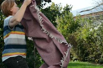 Vor dem Waschen die Wolldecke gut ausschütteln - S. Fischbacher Living
