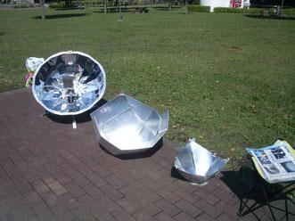 ソーラークッカーのパラボラ型、パネル型の展示風景