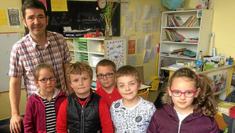 Quelques élèves de la classe de CP-CE1 de l'école Victor-Hugo en compagnie de Pierric Diguet