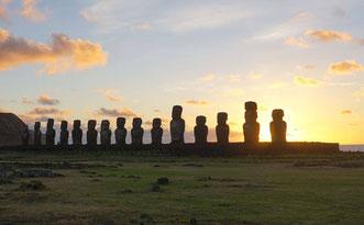Amanecer en el yacimiento de Tongariki en la Isla de Pascua. / Foto: Andres Moreno-Estrada/ SINC